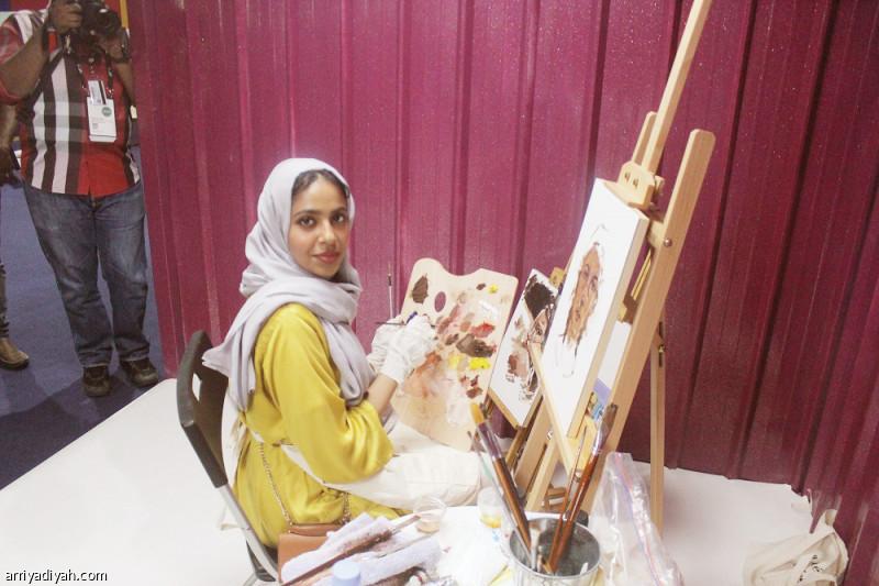 صورة التقطت أمس لنوف الفنانة التشكيلية أمام إحدى لوحاتها في ساحة فندق الريتز ضمن فعالية منتدى صناعة الترفيه تصوير: أحمد الخلف