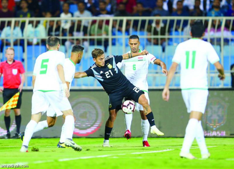 صورة التقطت أمس للأرجنتيني ديبالا محاصرًا بين لاعبي المنتخب العراقي تصوير: بدر الحمد